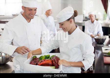 Köche, die Prüfung von Gemüse in der Küche des Restaurants - Stockfoto