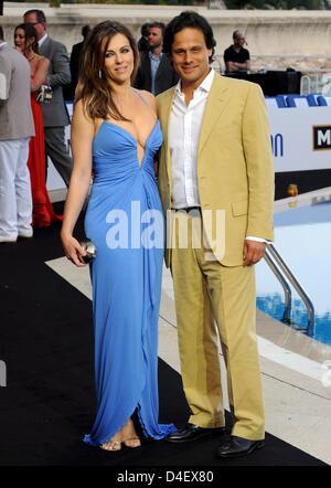 Britische Schauspielerin und Model Liz Hurley (L) und ihrem britischen Ehemann Arun Nayar posieren vor einer Fashion-Show in Monte Carlo, Monaco, am 23. Mai 2008. Die Formel 1 Grand Prix von Monaco 2008 ist in das Fürstentum Straßen am 25. Mai statt. Foto: GERO BRELOER