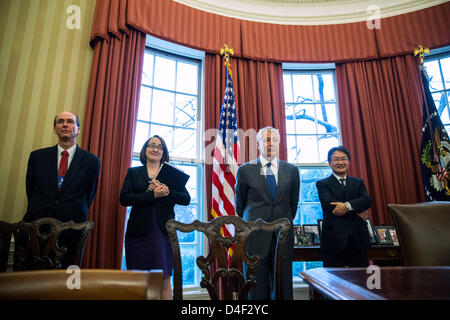 Washington DC, USA. 12. März 2013. Vereinigte Staaten Minister fuer Verteidigung Chuck Hagel (2R) steht im Oval - Stockfoto