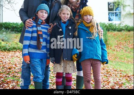 Kinder Lächeln zusammen im Herbstlaub - Stockfoto