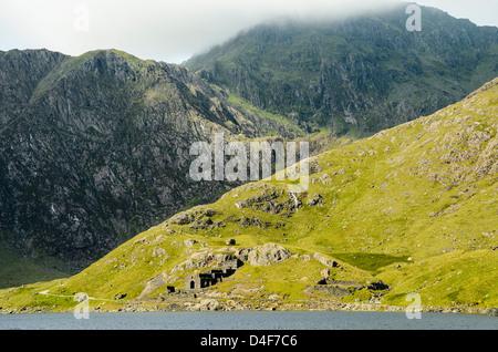 Ruinen von Britannia Kupfer-Minen von Llyn Sheetrim Snowdonia mit der Spitze der Snowdon (Yr Wyddfa) in der Cloud - Stockfoto
