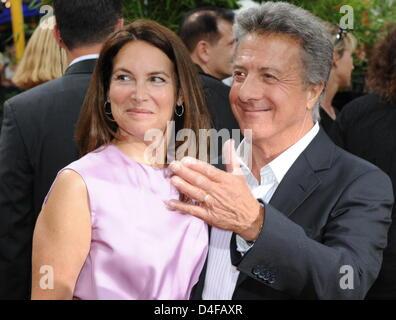 US-Schauspieler Dustin Hoffman (R) und seine Frau Lisa Gottsegen (L) posieren für Fotos in der Deutschland-Premiere - Stockfoto