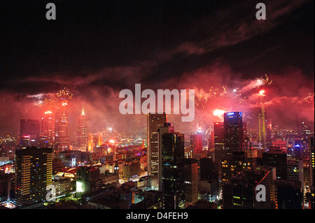 Silvester-Feuerwerk erleuchten den Himmel über Melbourne, der Hauptstadt des australischen Bundesstaates Victoria. - Stockfoto
