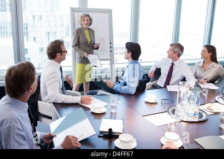 Geschäftsfrau, reden bei treffen - Stockfoto