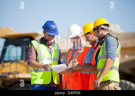 Arbeitnehmer und Unternehmer sprechen im Steinbruch - Stockfoto