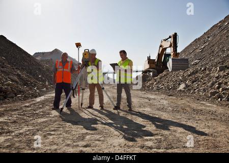Arbeitnehmer mit Nivellierung Maschinen im Steinbruch - Stockfoto