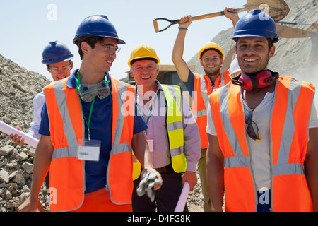 Arbeitnehmer, die lächelnd zusammen im Steinbruch - Stockfoto