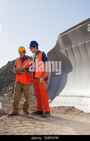 Arbeitnehmer, die reden von Maschinen im Steinbruch - Stockfoto