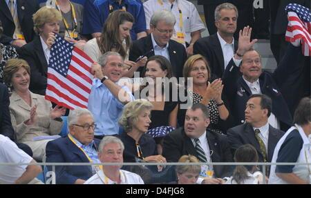 US-Präsident Bush (2 L), zusammen mit seiner Frau Laura (L), Tochter Barbara (C), sein Vater, ehemalige US-Präsident - Stockfoto