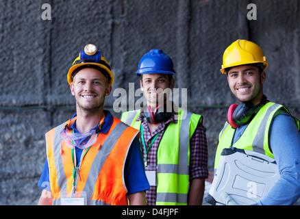 Arbeitnehmer, die lächelnd auf Website - Stockfoto