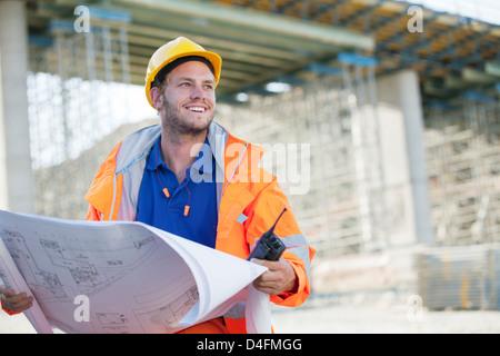 Arbeiter lesen Baupläne vor Ort - Stockfoto