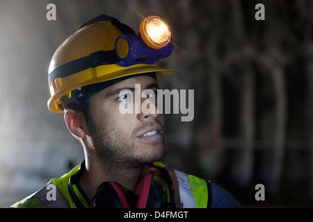 Arbeiter im Tunnel stehen - Stockfoto