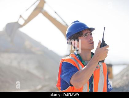 Arbeiter mit Walkie-talkie im Steinbruch - Stockfoto