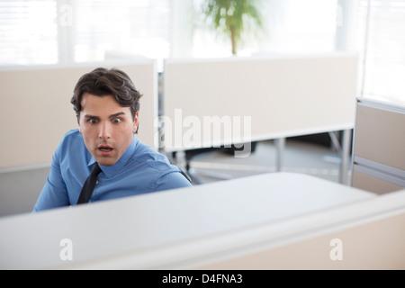 Überrascht Geschäftsmann arbeiten im Büro - Stockfoto