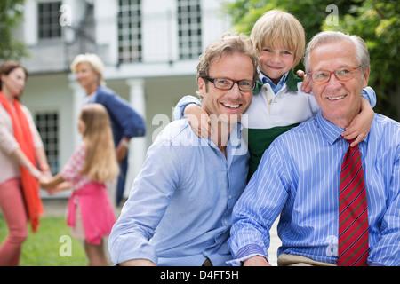 Drei Generationen von Männern lächelnd zusammen - Stockfoto