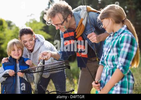 Familie Angeln Fang zu bewundern - Stockfoto