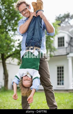 Vater und Sohn spielen zusammen im freien - Stockfoto