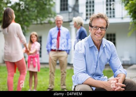 Mann lächelnd außen Haus - Stockfoto