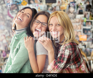 Lächelnde Frauen posieren zusammen - Stockfoto