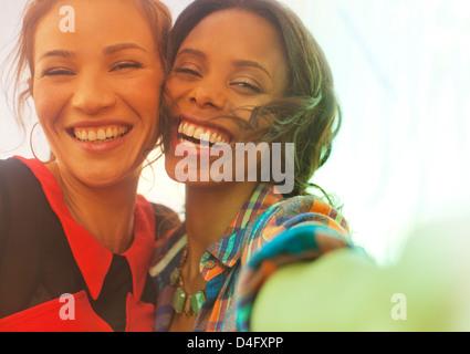 Frauen Lächeln zusammen im freien - Stockfoto