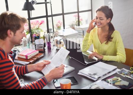 Paar gemeinsam am Schreibtisch - Stockfoto