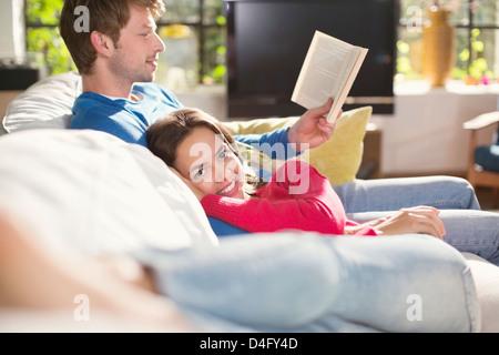 Paar erholsame zusammen auf dem sofa - Stockfoto