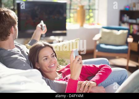 Paar erholsame auf Sofa zusammen - Stockfoto