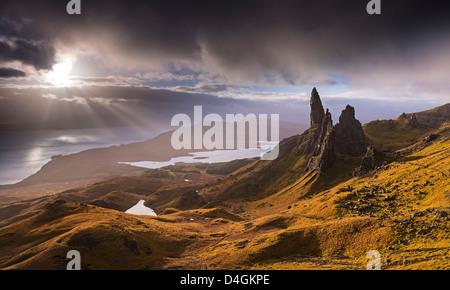Dramatisches Licht auf der Old Man of Storr, Isle Of Skye, Schottland. Herbst (November) 2012. - Stockfoto