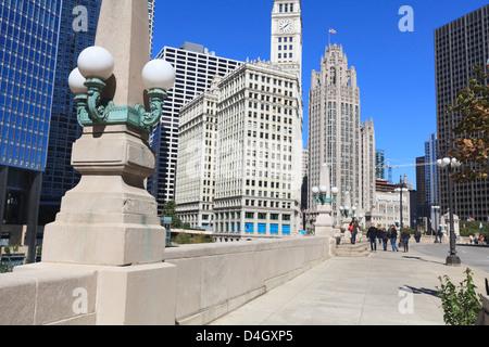 Chicago Riverwalk am West Wacker Drive mit Trump Tower, Wrigley Building und Tribune Tower, Chicago, Illinois, USA - Stockfoto