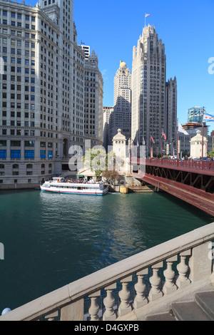 Chicago River und DuSable Brücke mit Wrigley Building und Tribune Tower, Chicago, Illinois, USA - Stockfoto