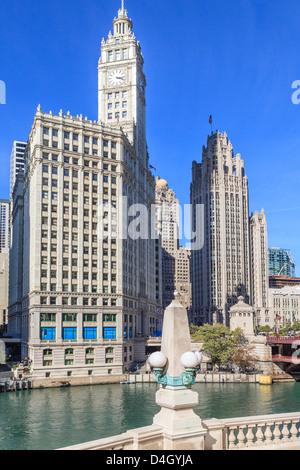 Das Wrigley Building und Tribune Tower vom Fluss Chicago, Chicago, Illinois, USA - Stockfoto