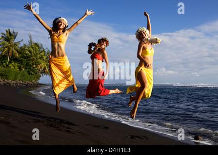 Marine und Freunde auf der Westküste Strand von Tahiti, in Punauia, Gesellschaftsinseln, Französisch-Polynesien - Stockfoto