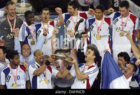 Frankreich? s Spieler Didier Dinart (L, Nr. 3) und Jerome Fernandez (Nr. 2) halten die Trophäe in ihrem Team? s - Stockfoto