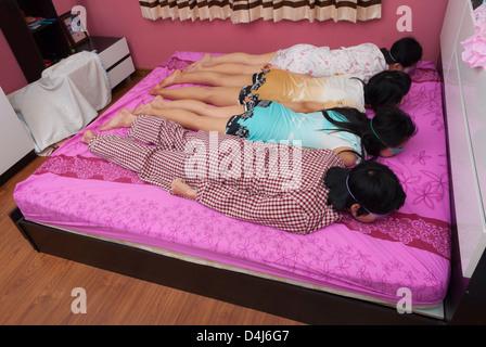 mann mit einer maske auf augen schlafen stockfoto bild 66181799 alamy. Black Bedroom Furniture Sets. Home Design Ideas