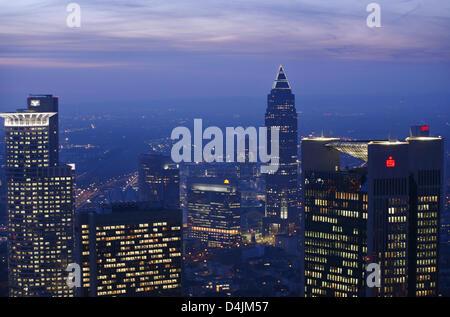 Büro hoch steigt im Abendlicht von der Aussichtsplattform auf dem Dach der Helaba (Landesbank Hessen-Thüringen, - Stockfoto