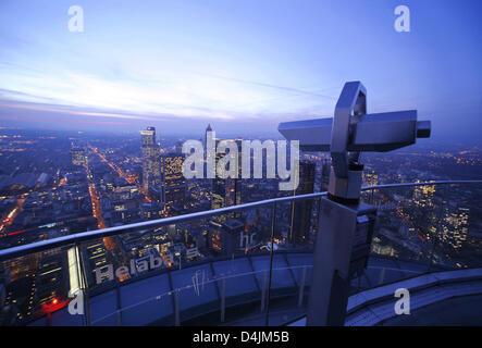 Büro hoch steigt im Abendlicht von der Aussichtsplattform auf dem Dach des Turmes Helaba (Landesbank Hessen-Thüringen, - Stockfoto