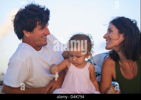 Familie zusammen entspannen im freien - Stockfoto