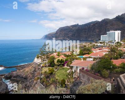 Acantilados de Los Gigantes eine Bergkette und ein Feriendorf an der West Küste von Teneriffa Spanien - Stockfoto