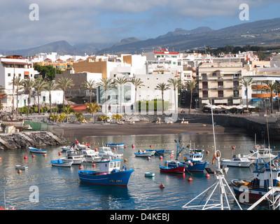 Playa San Juan an der Westküste von Teneriffa, Urlaubsort und Fischerhafen, Hafen und Strand kombiniert - Stockfoto