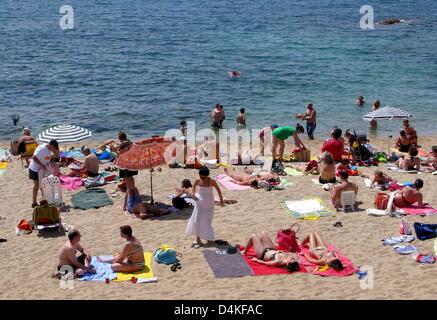 Das Bild zeigt den beliebten Strand der Stadt Calella de Palafrugell an der Costa Brava, Spanien, 1. Juni 2009. - Stockfoto