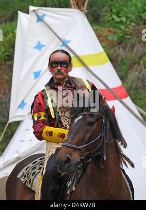 Dwayne Frost hat sein Gesicht malte in der Weise von einem Cree-Indianer und reitet auf seinem Pferd während des - Stockfoto
