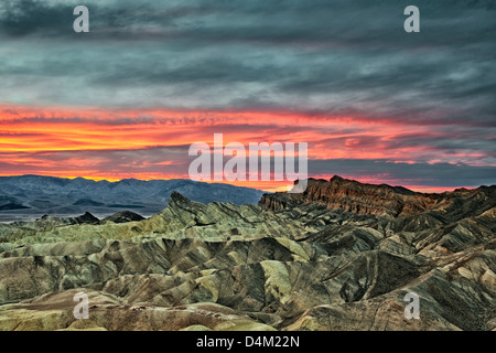 Spektakulären Sonnenuntergang entsteht über Golden Canyon vom Zabriskie Point und kalifornischen Death Valley National - Stockfoto