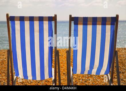 Leere Liegestühle am felsigen Strand - Stockfoto