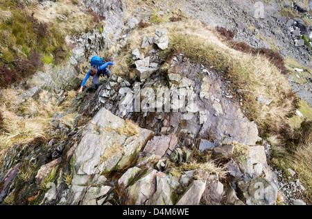 Ein Wanderer aufsteigend Jack's Rake pavey Lade im Lake District. - Stockfoto