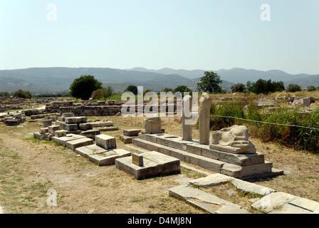 Iraion. Samos. Griechenland. Blick auf die Kopie der Statuengruppe des großen 6. Jh. Bildhauers Genelos. - Stockfoto