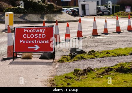 Zeichen Regie Fußgänger weg von einem geschlossenen Pfad - Stockfoto