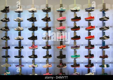 Lviv, Ukraine, Sportschuhe auf dem Display in einem Shop adidas - Stockfoto