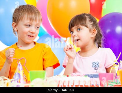 Geburtstag von niedlichen lustig Kinder Zwillinge - Stockfoto