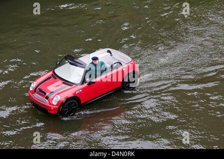 Chicago, Illinois, USA, 16. März 2013. Ein schwimmendes Mini Cooper lagen den Chicago River vor dem Fluss wird für - Stockfoto
