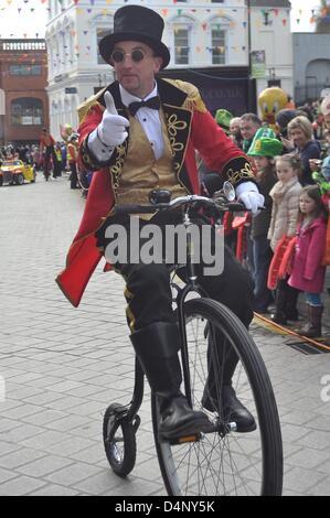 Mann trägt eine Kostüm mit dem Penny Farthing Fahrrad Armagh, Nordirland. 17. März 2013. St. Patricks Day Parade - Stockfoto
